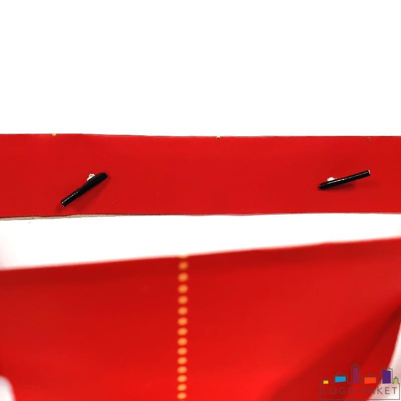 Крепление ручек у подарочного пакета из мелованной бумаги