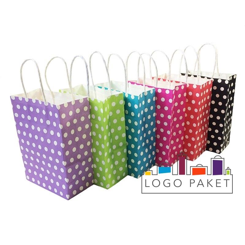 Пакеты с ручками представлены в ассортименте различных цветов; фиолетовые, зеленые, голубые, красные, черные, малиновые.