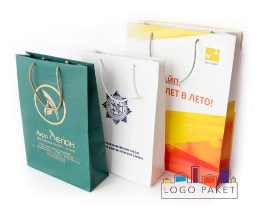 Бумажные пакеты с логотипом представлены в ассортименте.