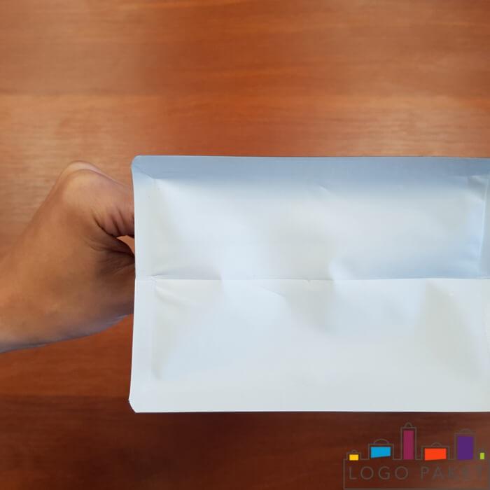 Пакет с центральным швом, белый в руке