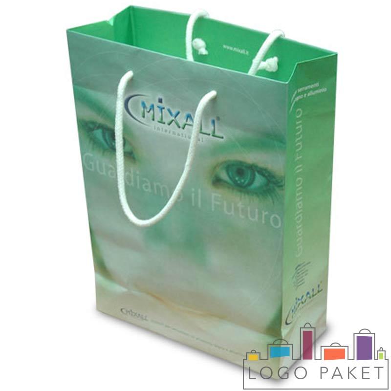 пакет с ручками из мелованной бумаги зеленый
