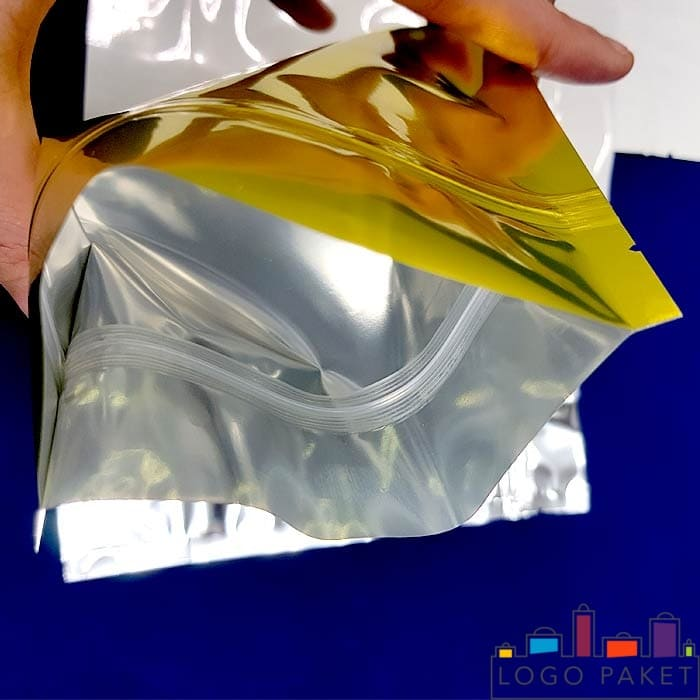 Сложенный металлизированный пакет дой пак золотой с зип локом
