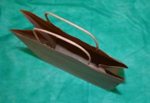образец крафт-пакета 32х25 см с кручеными ручками.
