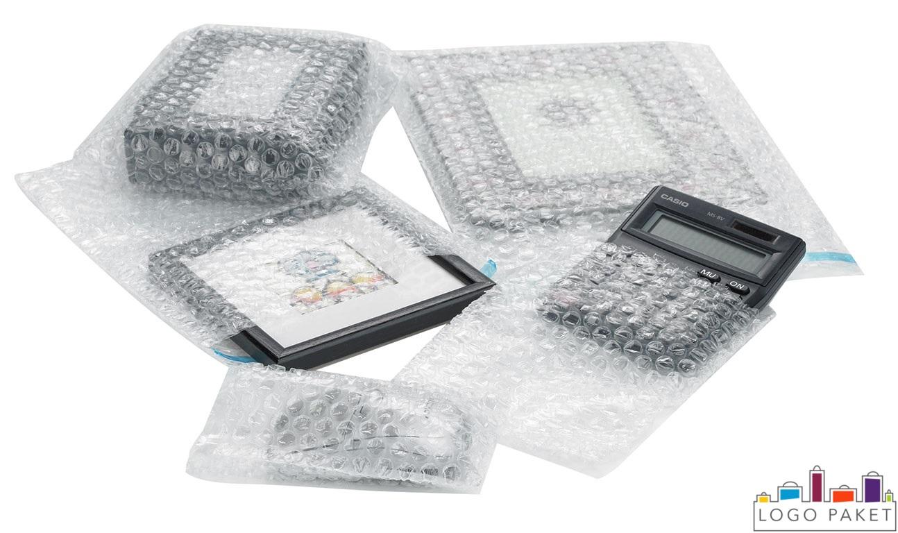 Показано как выглядят предметы упакованные в в пакеты из воздушно-пузырчатой плёнки
