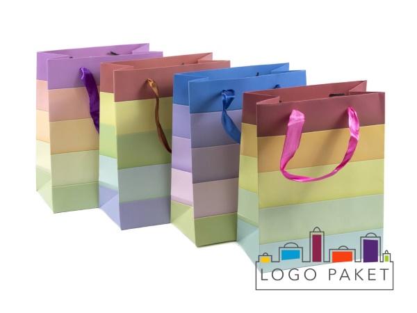 Пакеты из дизайнерской бумаги 4 штуки стоят в ряд.
