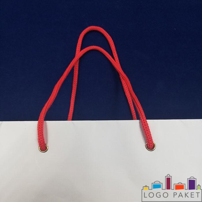 люверсы на белом пакете с красными ручками